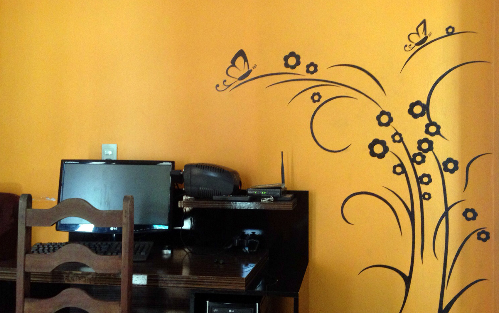 Felício Eduardo decorou a própria parede com tinta e lápis