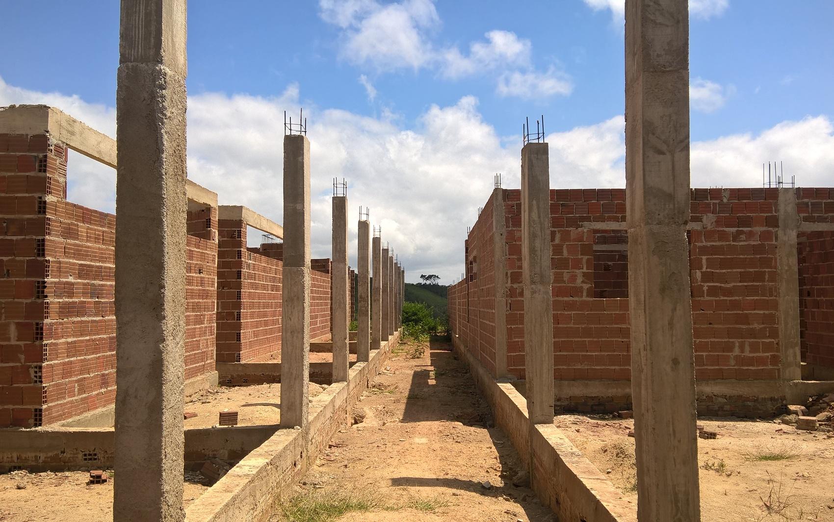 Corredor principal da escola em construção na cidade de Dona Inês