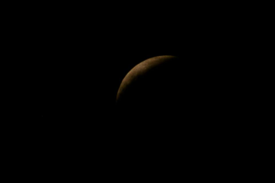Eclipse da Superlua é visto de Vitória