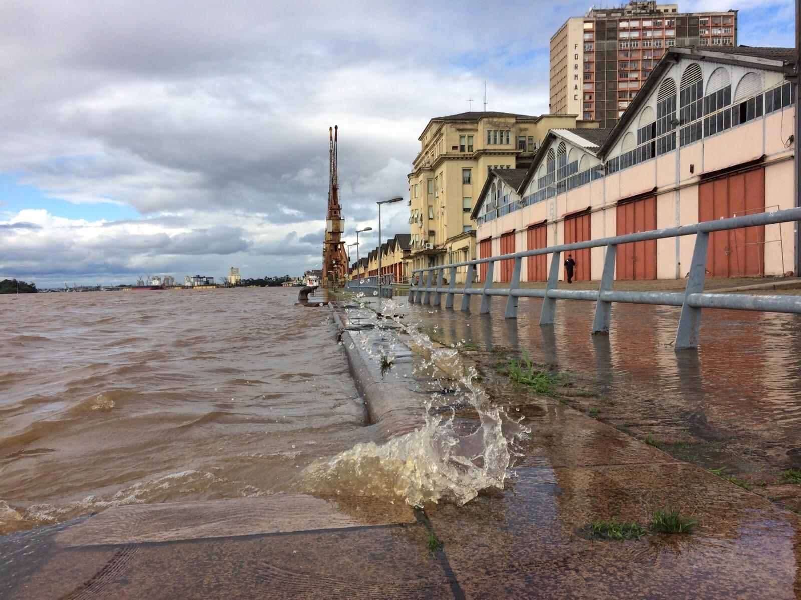 Água do Guaíba invade o cais Mauá, em Porto Alegre