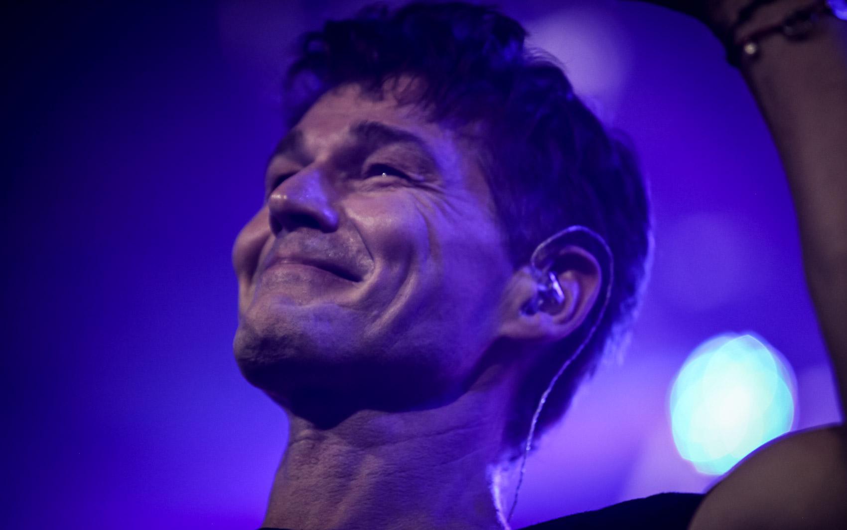 Morten Harket, vocalista do A-ha, sorri para diante da reação do público no Espaço das Américas, em São Paulo