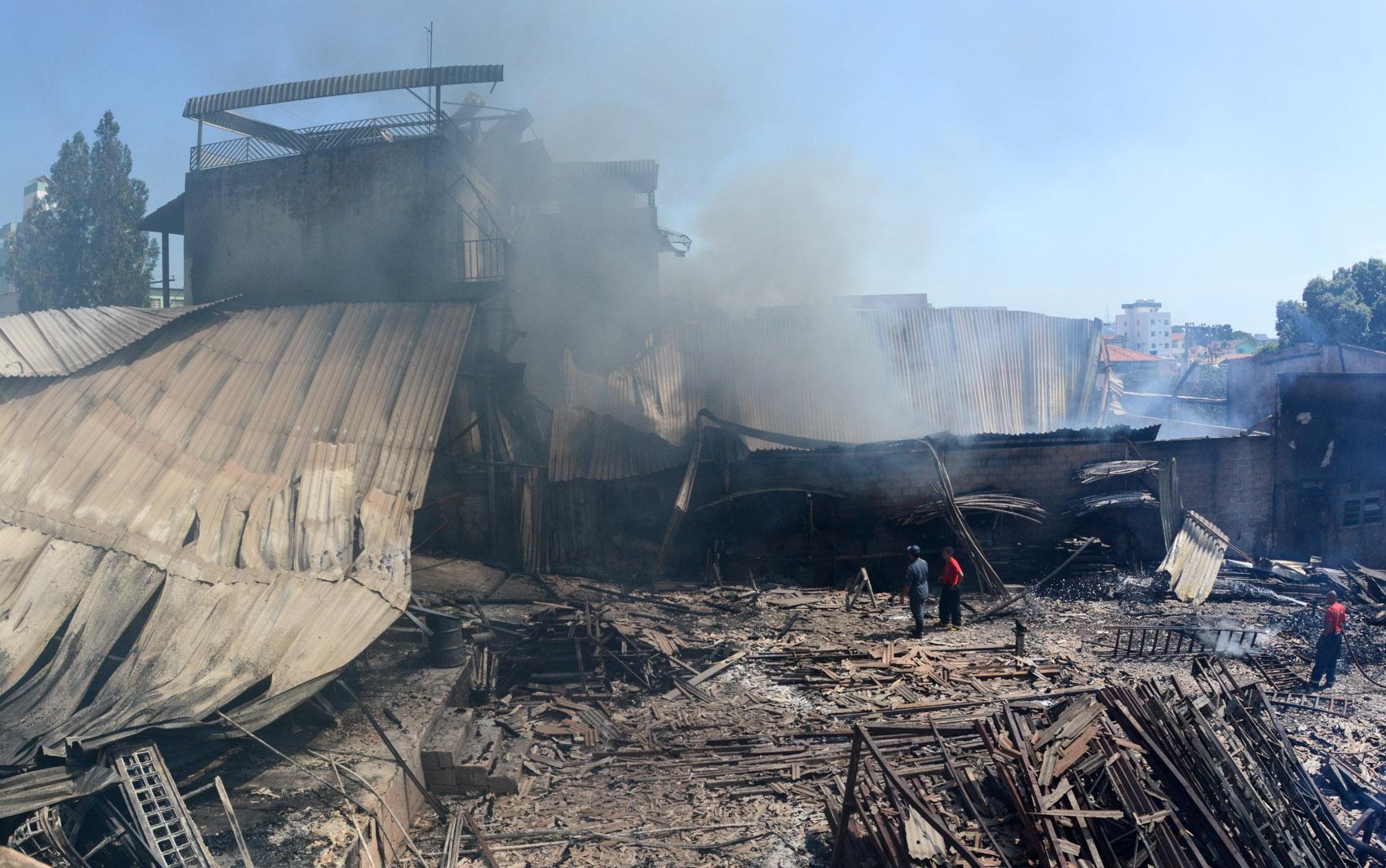 Bombeiros trabalham no combate a incêndio em um galpão no bairro Santa Mônica, em Belo Horizonte. O local era utilizado para armazenar produtos inflamáveis. Segundo os bombeiros o incêndio começou depois que um caminhão perto do imóvel pegou fogo
