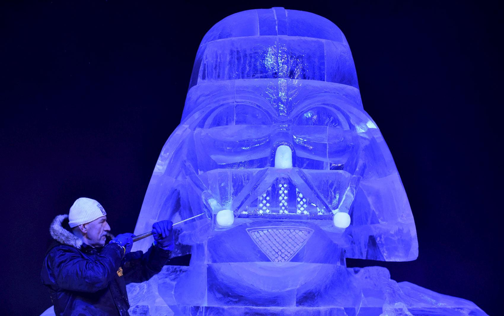 O escultor hungáro Zsolt Toth esculpe o personagem Darth Vader, da saga 'Star Wars', para o festival de esculturas de gelo em Liège, na Bélgica