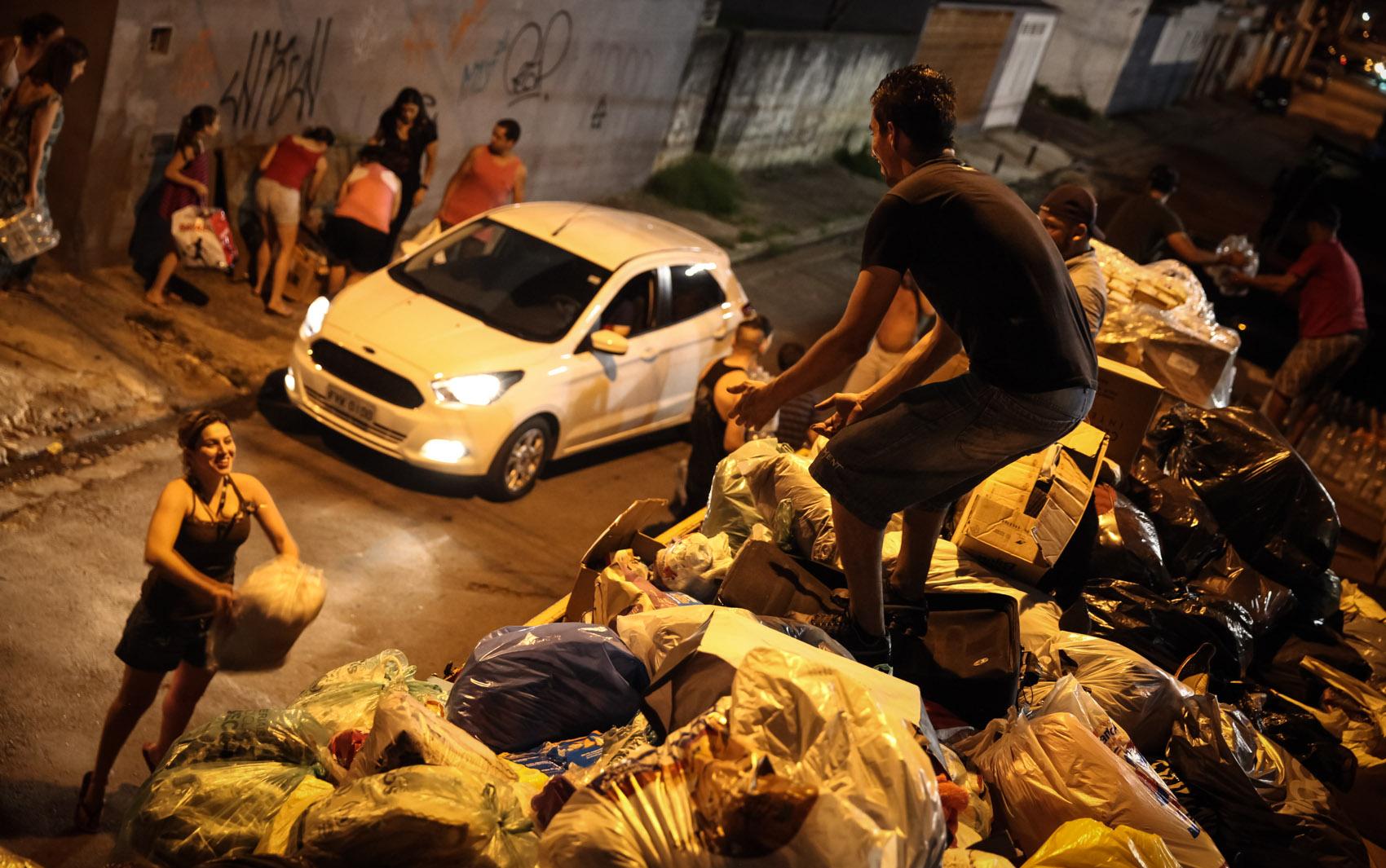 'Família do Barulho' carrega caminhão com cerca de 25 toneladas de doações arrecadadas em apenas 3 dias, na Mooca, Zona Leste de São Paulo. A família viajou até Barra Longa (MG) para distribuir os materiais para atingidos pela lama da barragem de Mariana