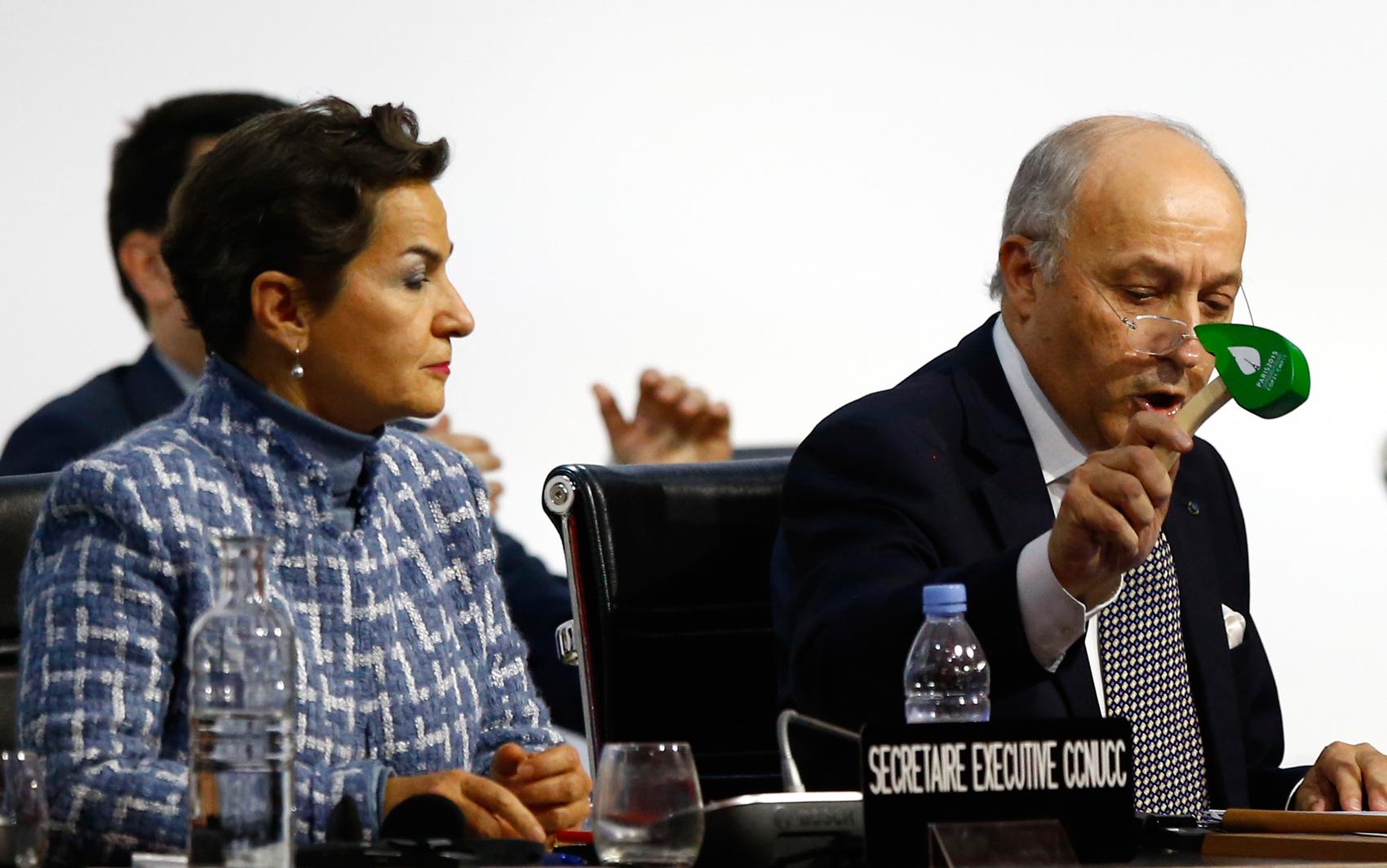 Presidente da COP 21, Laurent Fabius, usa martelo em forma de folha para marcar a aprovação do acordo do clima