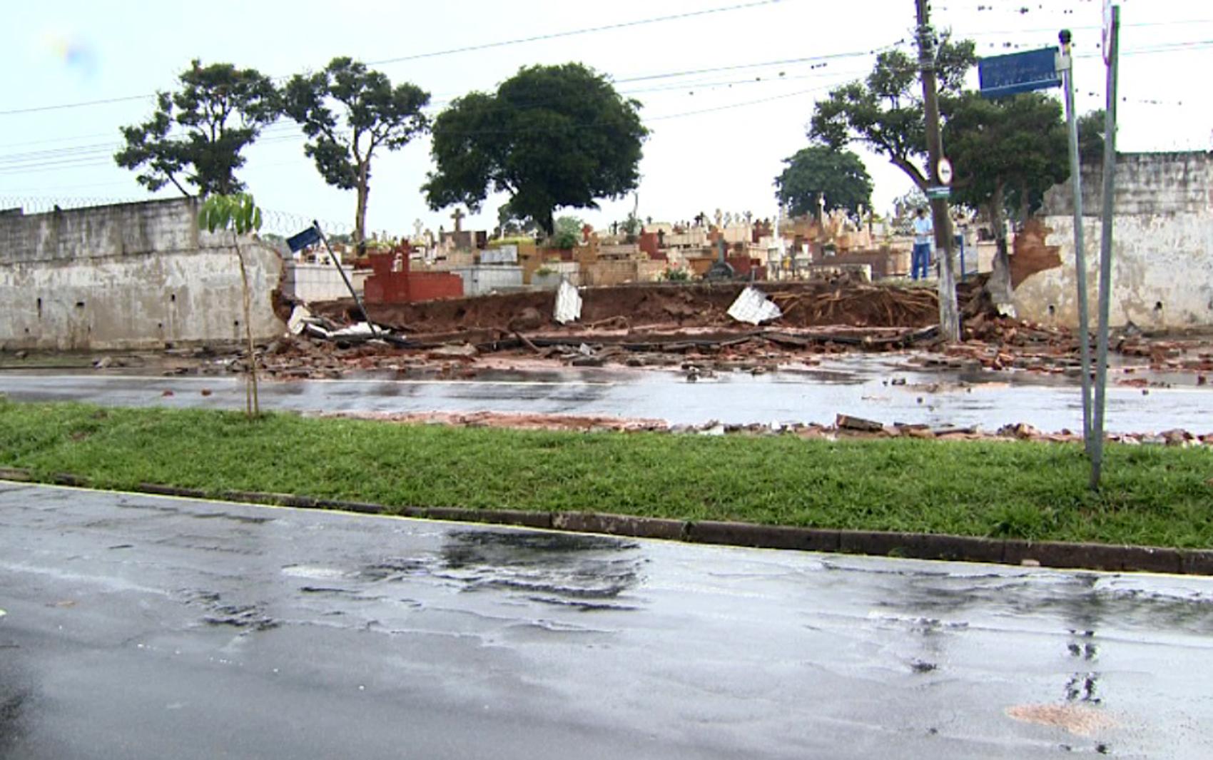 Parte do muro do Cemitério da Saudade desaba após forte chuva em Campinas