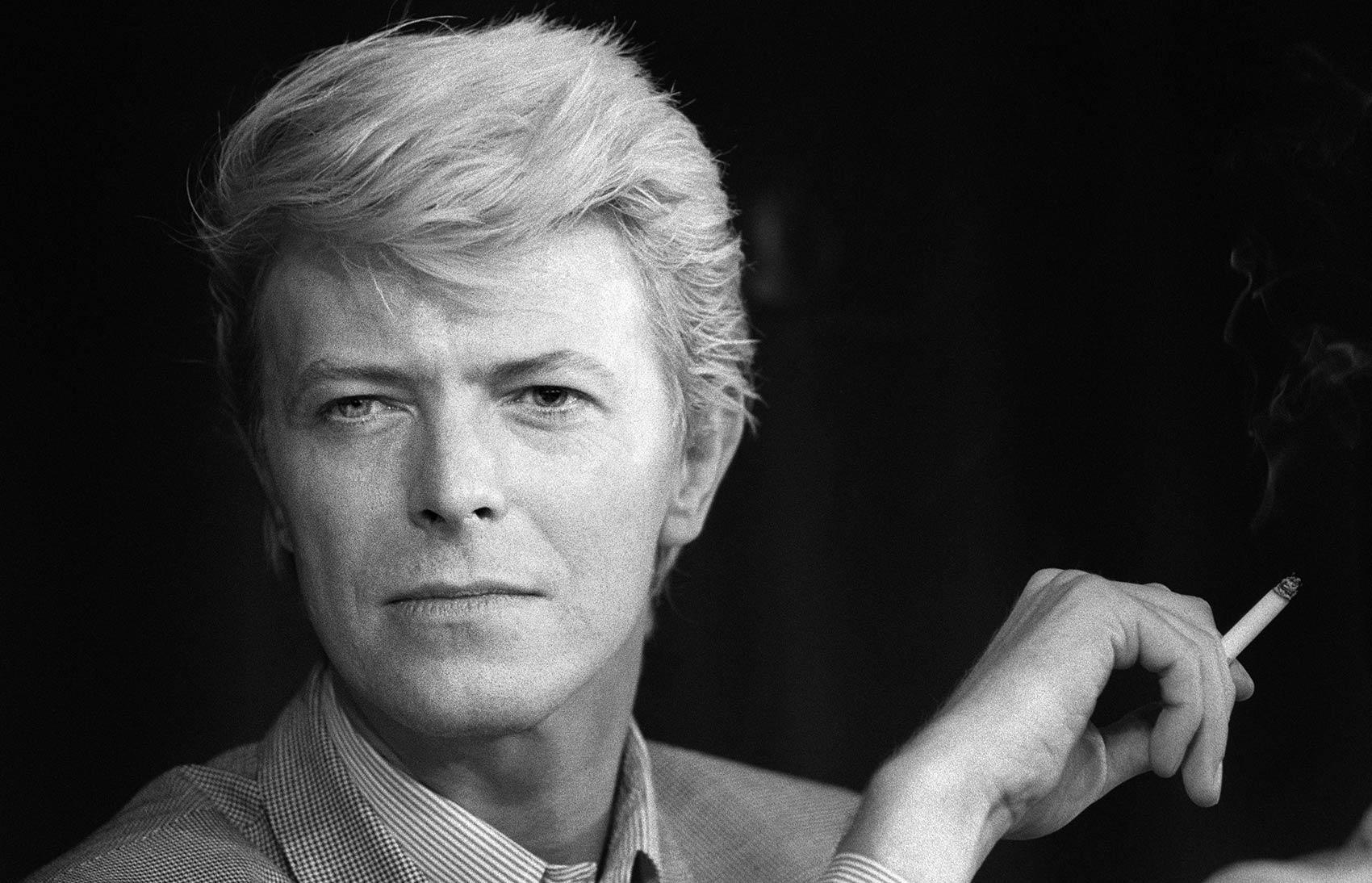 David Bowie fuma um cigarro durante coletiva de imprensa no festival de cinema de Cannes em maio de 1983