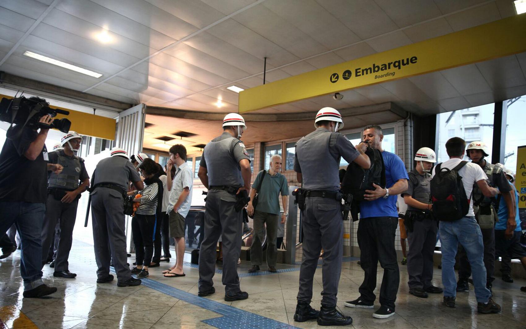 Homens têm de abrir a mochila e mostrar conteúdo na estação Faria Lima do Metrô