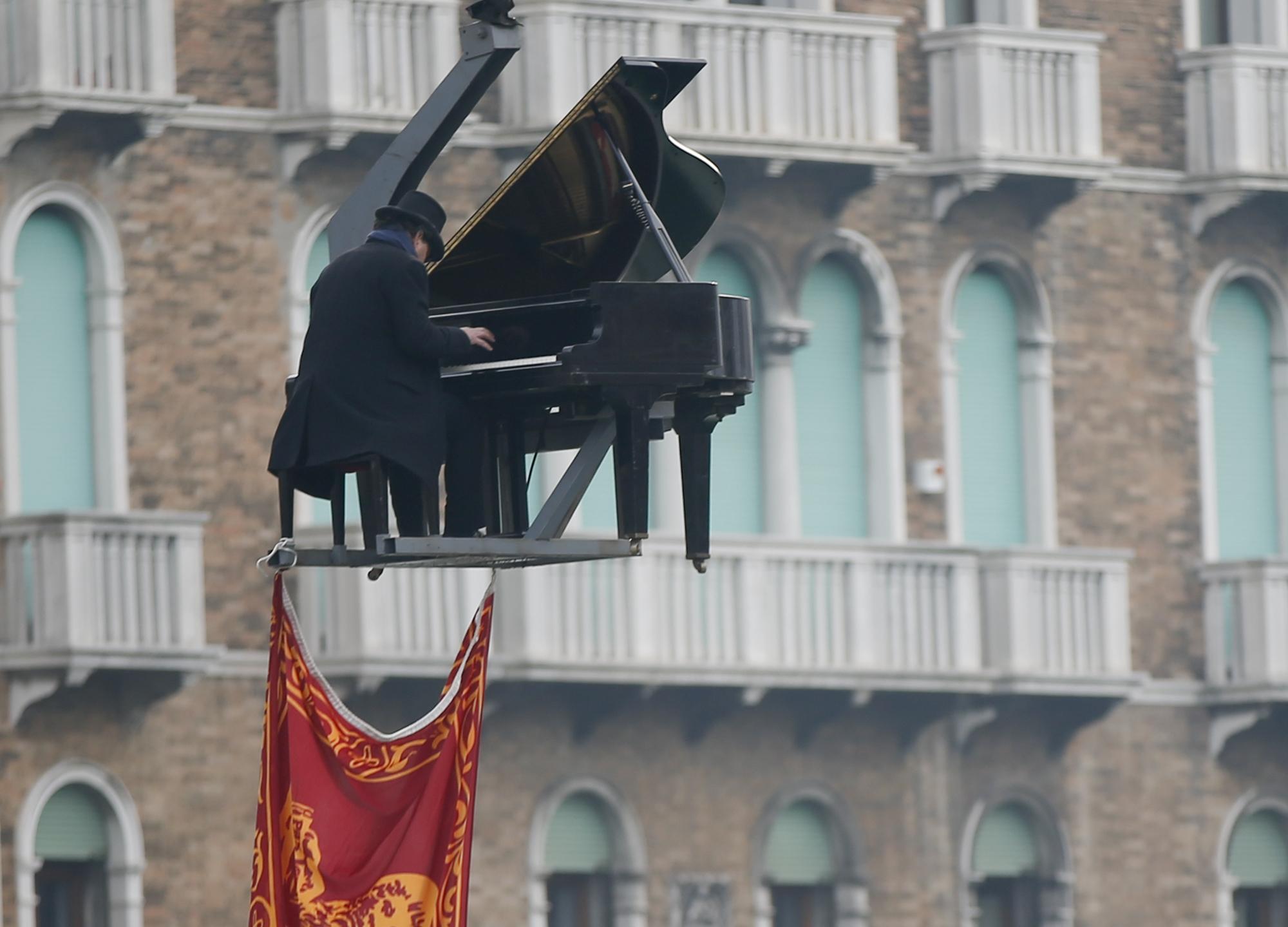 Pianista Paolo Zanarella parece flutuar em performance no Carnaval de Veneza neste domingo (24)