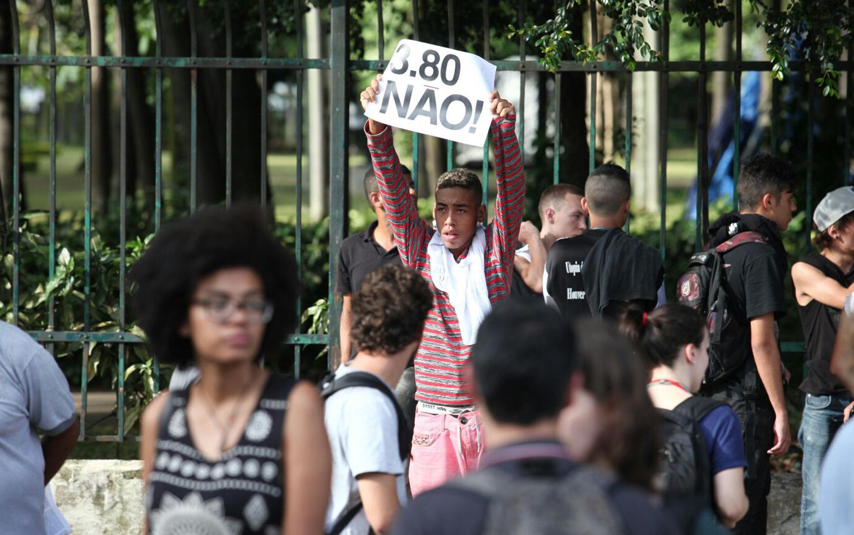 Manifestantes se concentram na Estação da Luz, nesta terça-feira (26), para protestar contra o aumento da tarifa do transporte público