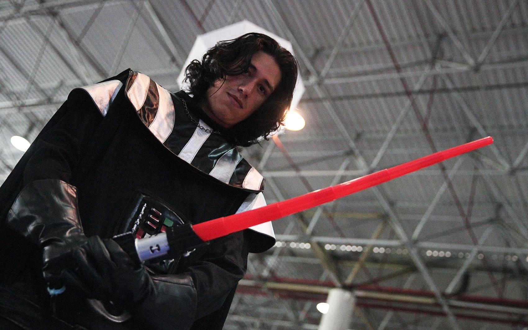 27/01 – Na Campus Party, Fabrício Weidler, de 24 anos, fala sobre ser 'sósia' de Kylo Ren, de 'Star Wars'