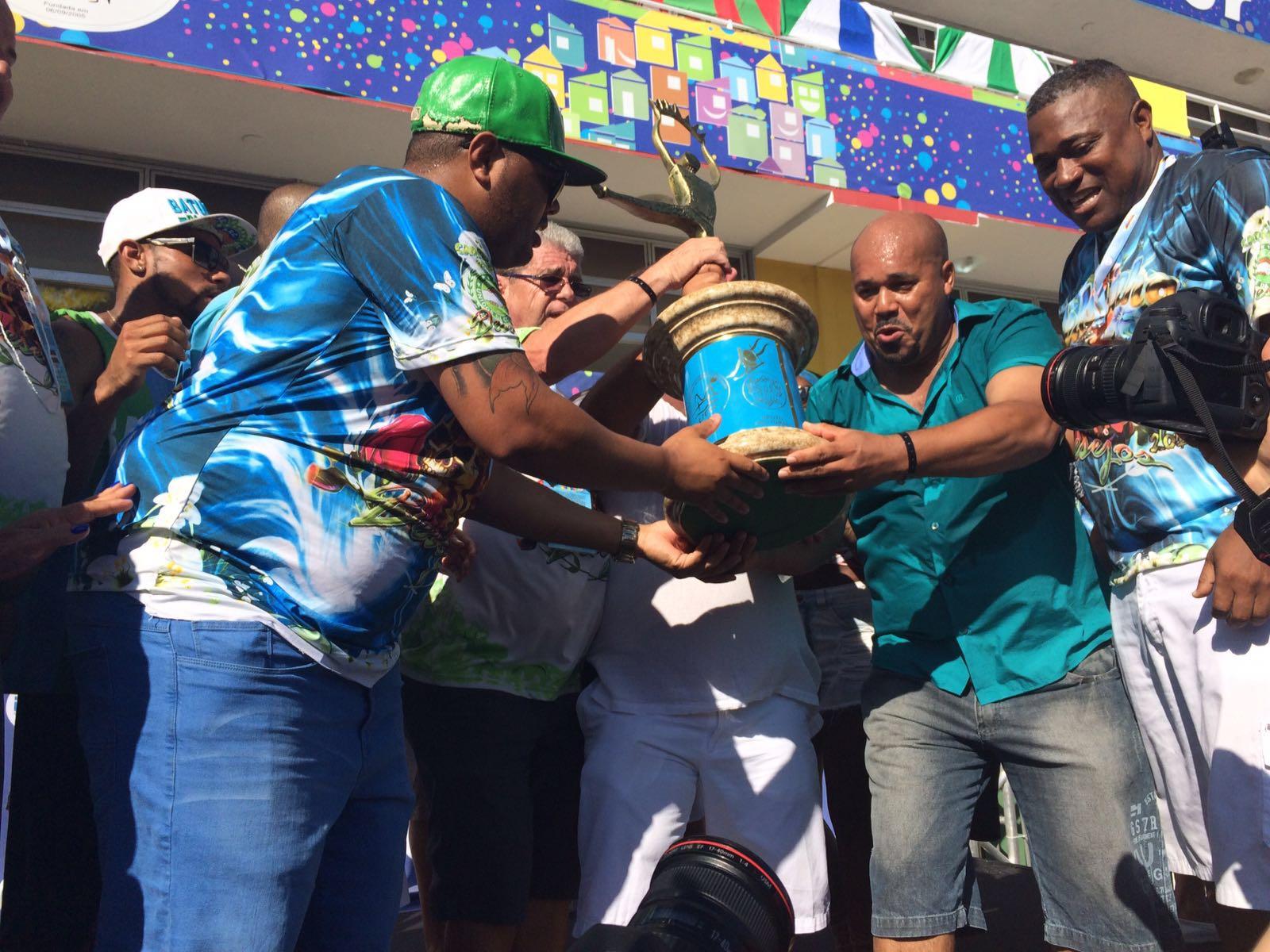 Coloninha ergueu a taça de campeã do Carnaval de Florianópolis em 2016