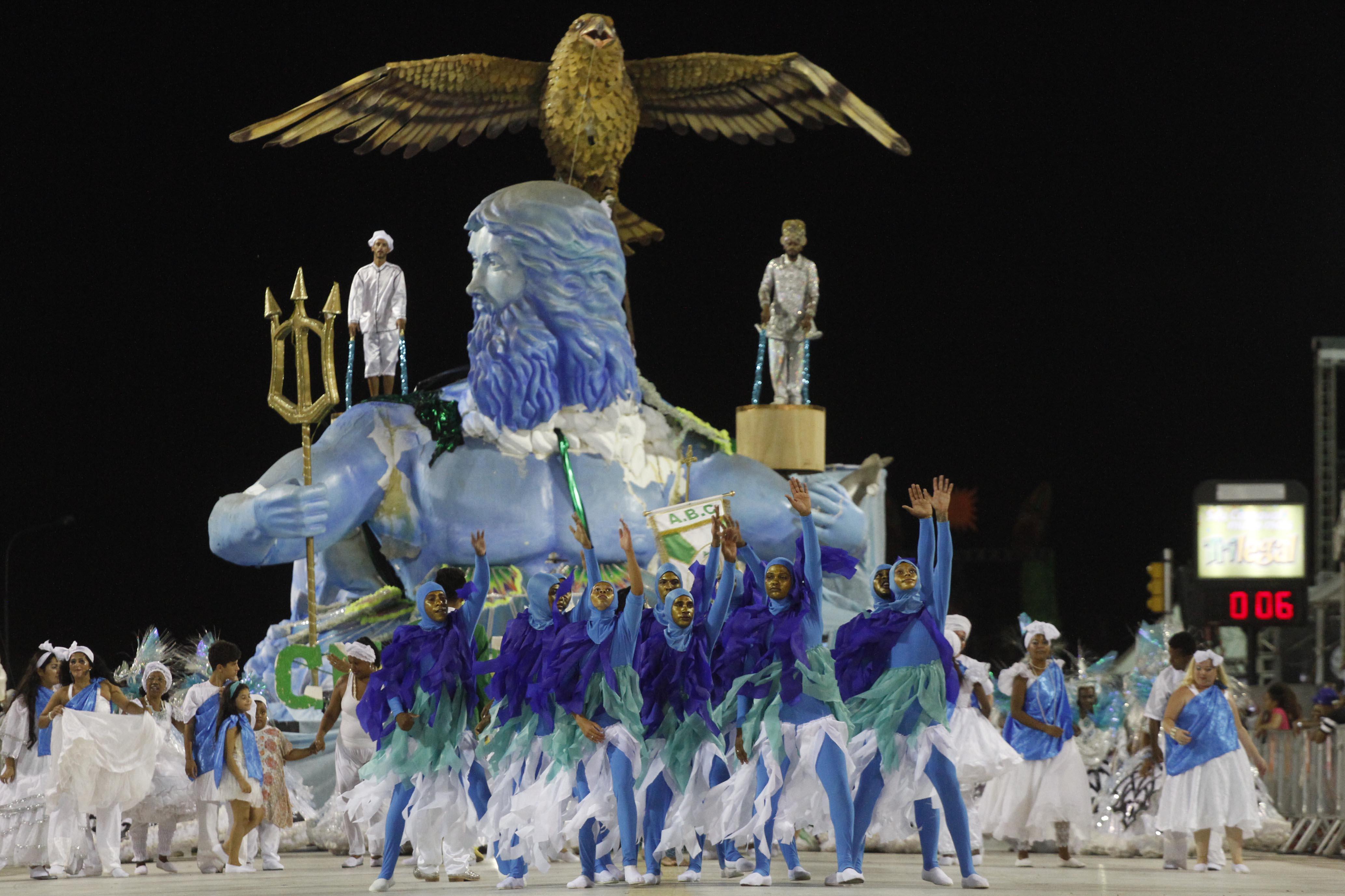 Unidos de Guajuviras foi uma das primeiras a desfilar ainda na noite de domingo no Porto Seco