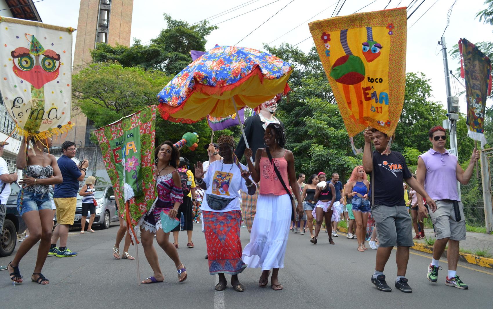 Centenas de foliões seguiram a tradicional descida do Bloco da Ema até o Casarão do Turismo