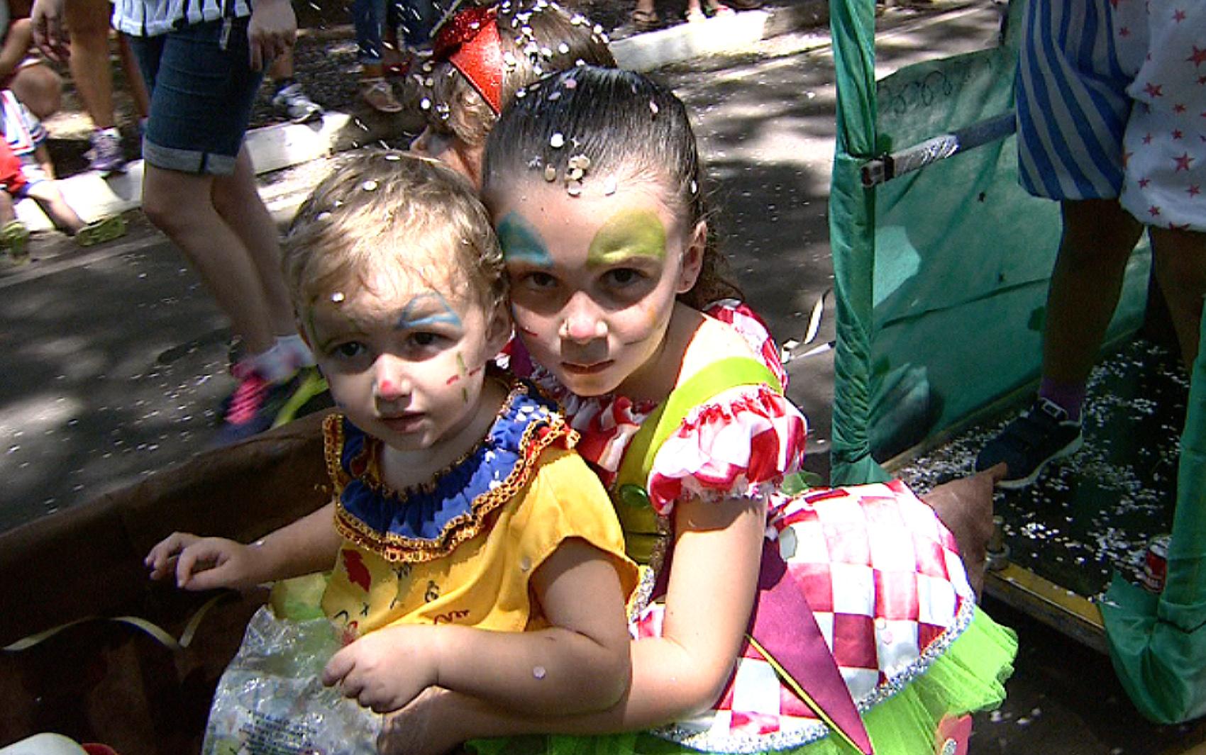 Pequenos foliões também participaram da parada fantasiados de palhaços