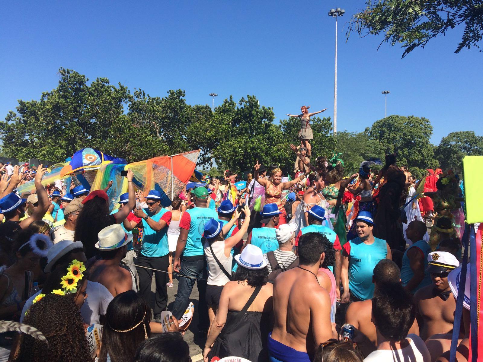 Orquestra Voadora: multidão colorida no Aterro