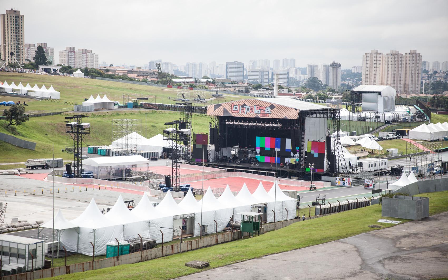 O palco Skol, onde vão se apresentar as bandas Tame Impala, Florence + The Machine, além do rapper Eminem, é visto durante montagem da estrutura no autódromo de Interlagos, em São Paulo