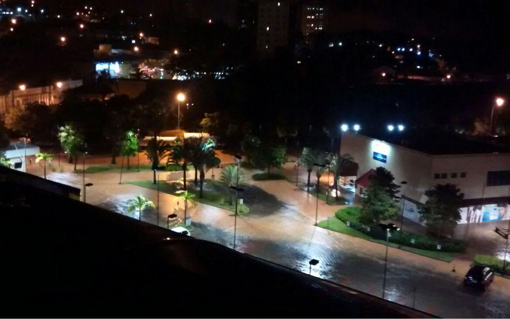 Chuva forte causou alagamento em várias ruas de Itatiba