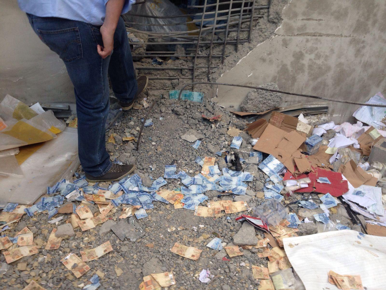 Notas de dinheiro dos cofres da empresa ficaram espalhadas pelo prédio após as explosões