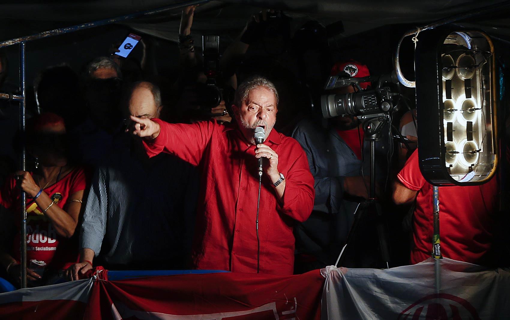 O ex-presidente Luiz Inácio Lula da Silva discursa durante o ato convocado por centrais sindicais, partidos que apoiam o governo e movimentos sociais em defesa da democracia na Avenida Paulista, em São Paulo