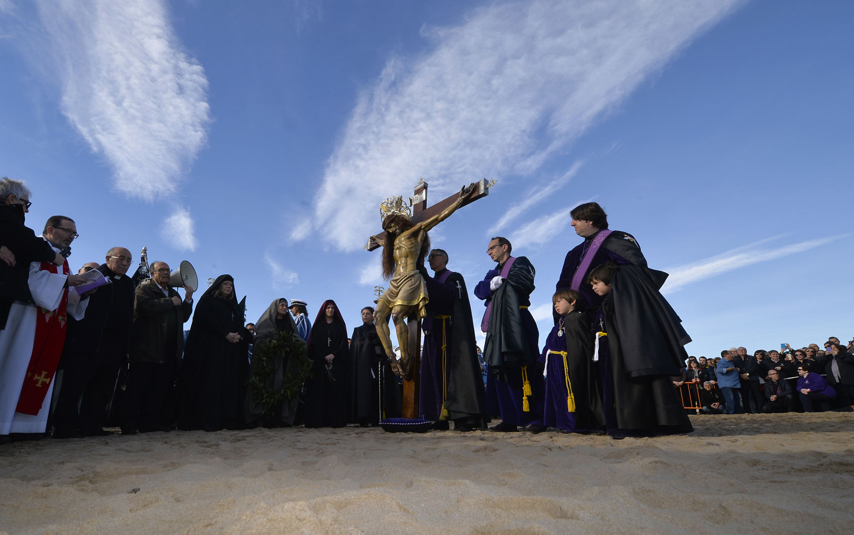 Penitentes da irmandade Cristo Salvador fazem procissão nesta Sexta-feira Santa em uma praia de Valência, na Espanha