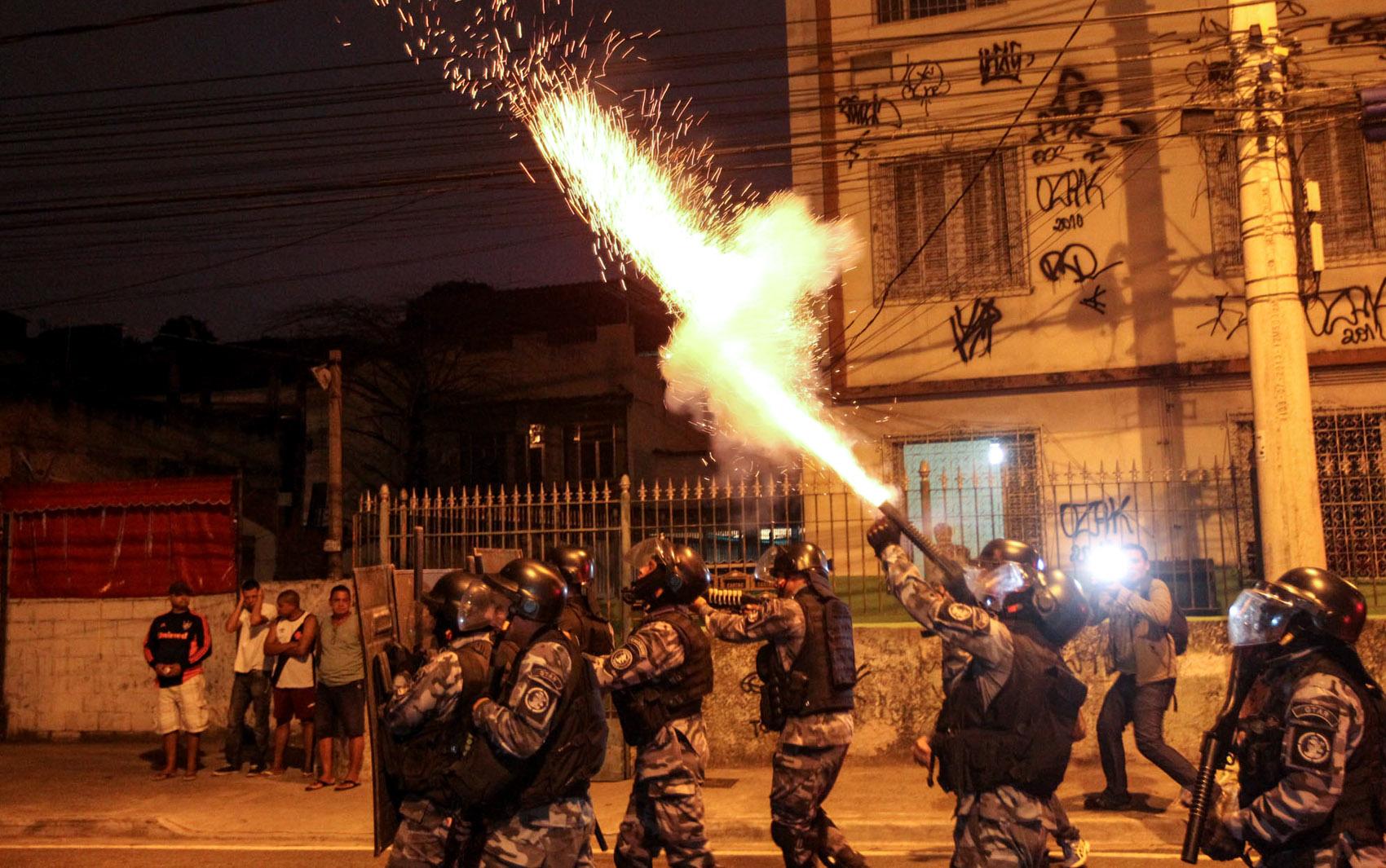 Policiais usam bombas de efeito moral para dispersar grupo de moradores que protesta contra a morte do menino Ryan Gabriel, de 4 anos, na zona norte do Rio de Janeiro. Ryan morreu durante um confronto entre traficantes em Madureira no domingo (27)