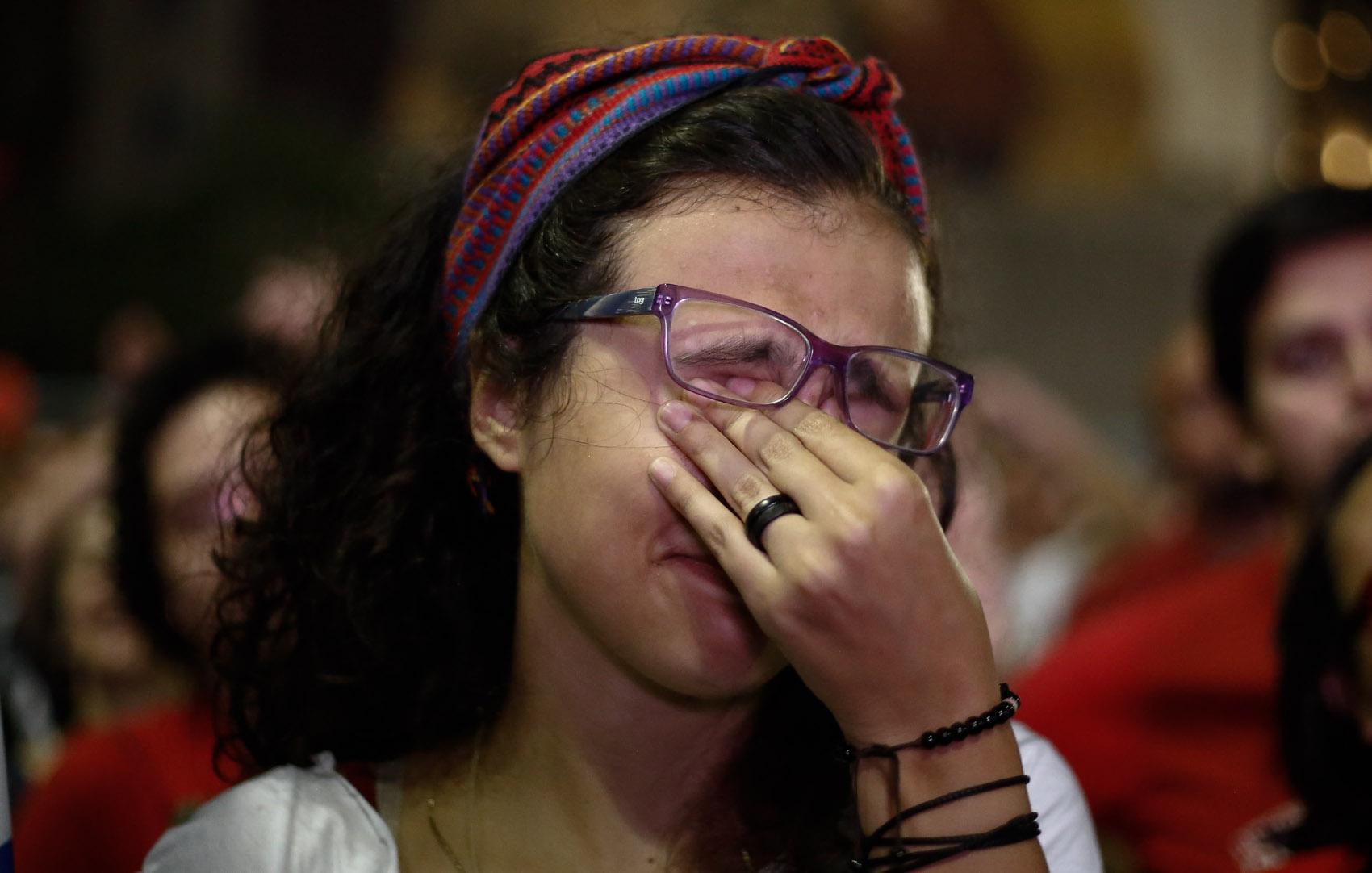 Manifestante contra o impeachment da presidente Dilma Rousseff lamenta o resultado da votação em ato no Vale do Anhangabaú, no centro de São Paulo