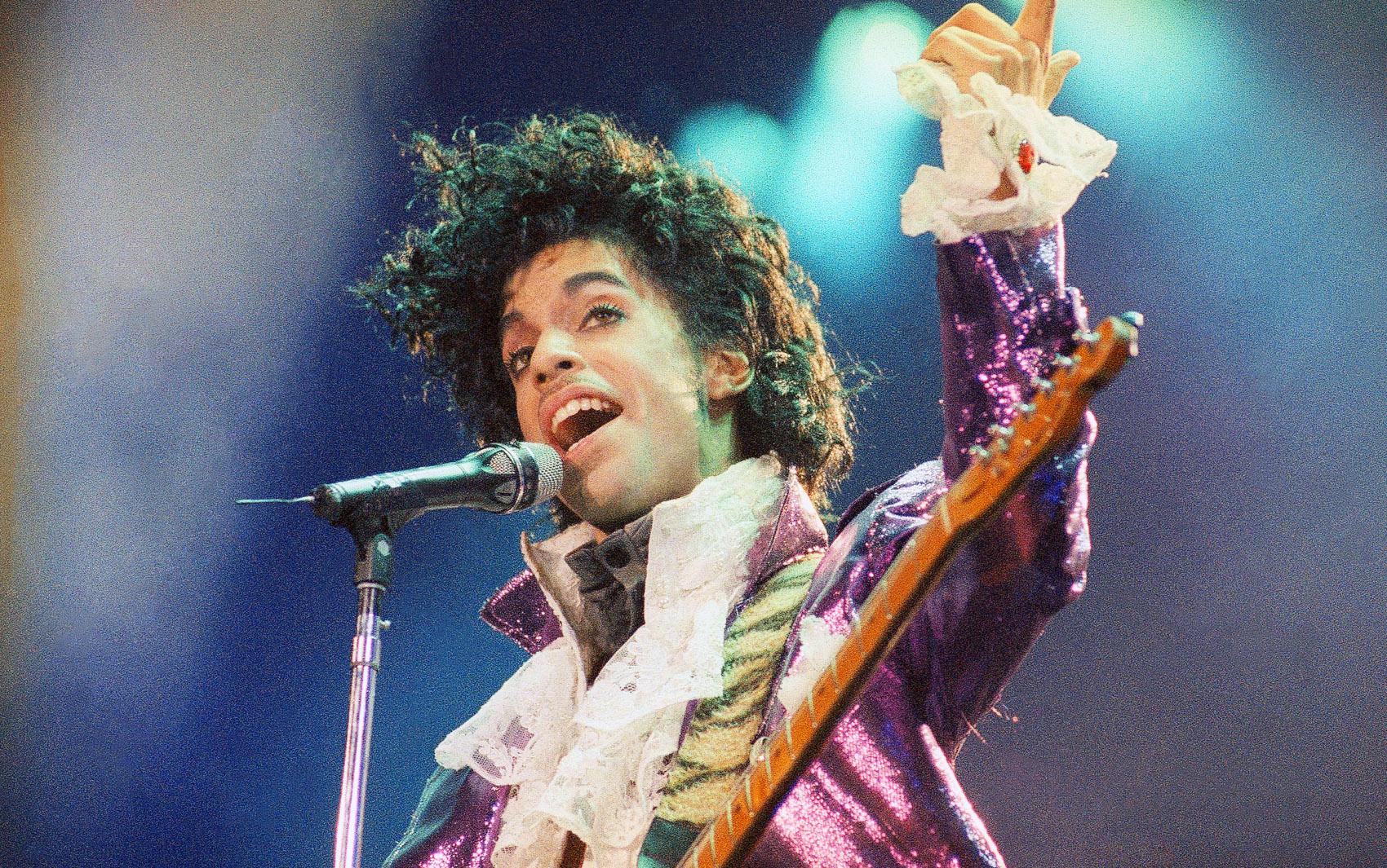 Foto de fevereiro de 1985 mostra o cantor Prince durante show em Inglewood, na Califórnia, EUA