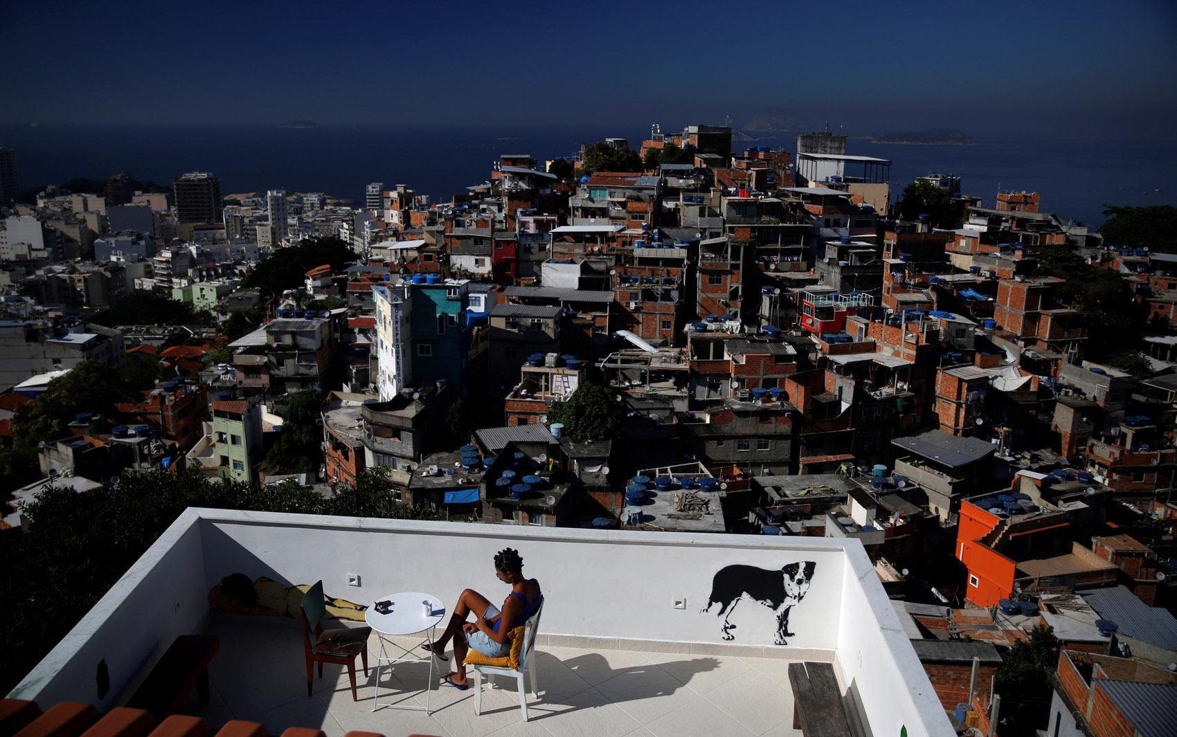 Uma hóspede é vista no terraço do hostel 'Tiki' no morro do Cantagalo, no Rio de Janeiro