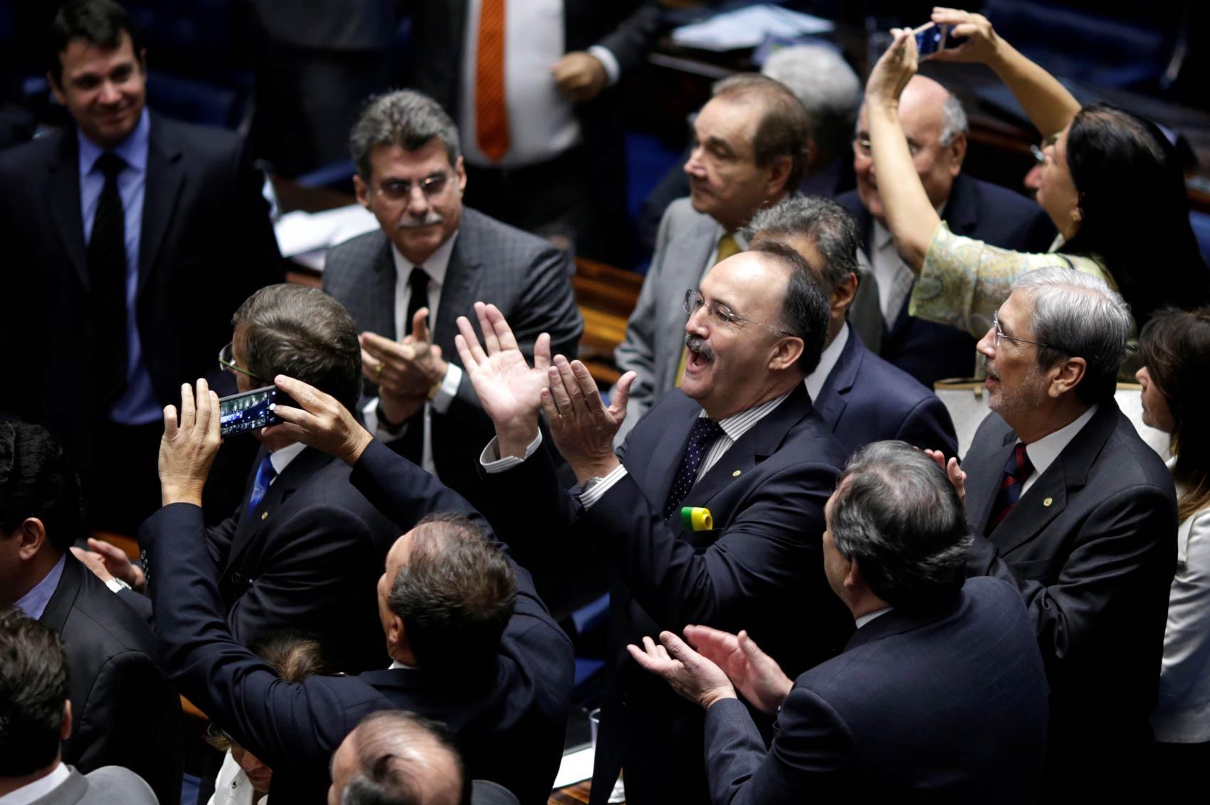 Senadores a favor do impeachment aplaudem após a votação que decidiu pela admissibilidade no Senado Federal, em Brasília