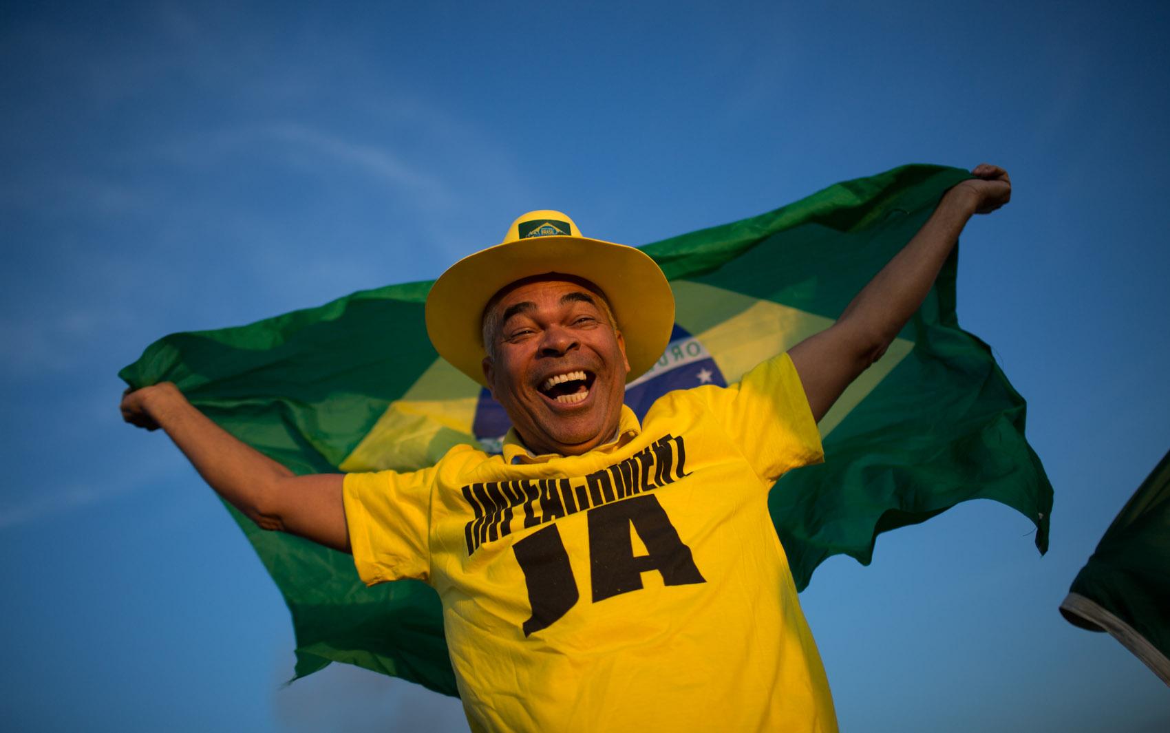Homem comemora na Esplanada dos Ministérios, em Brasília, o resultado da votação no Senado que afastou a presidente Dilma Rousseff por até 180 dias