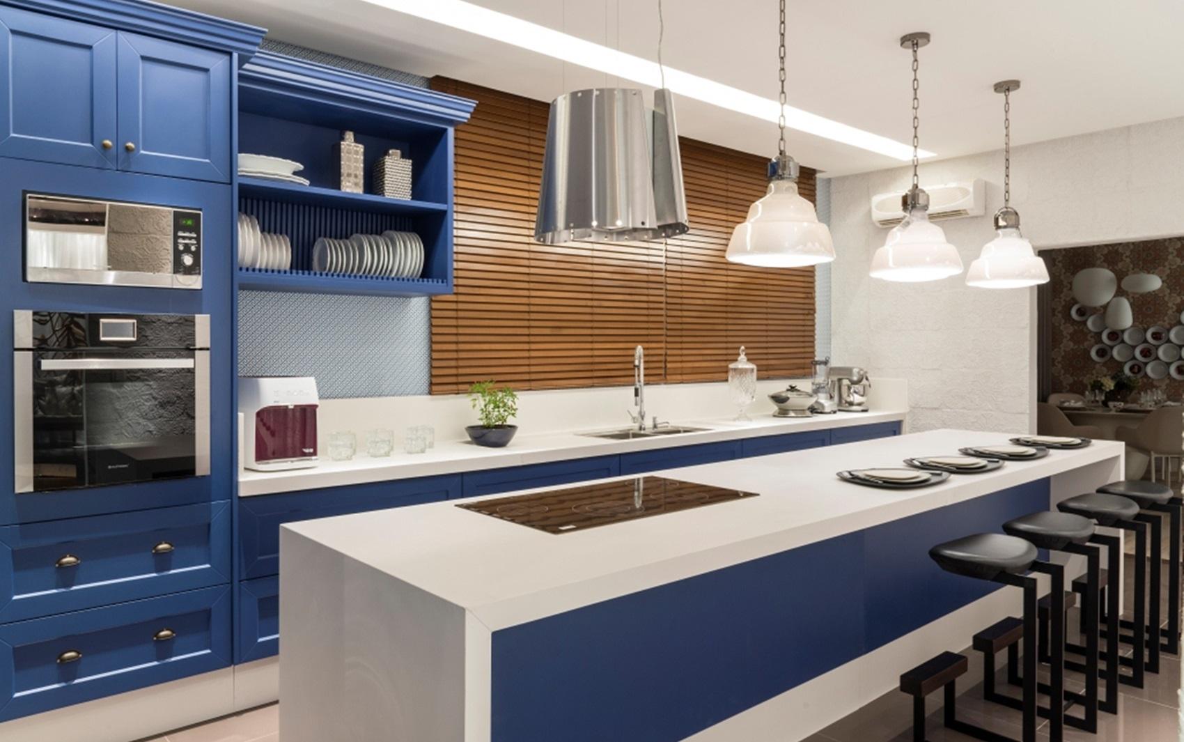 Espaço 'Cozinha' traz ideia de decoração com cores fortes na Casa  #8A613E 1700 1065