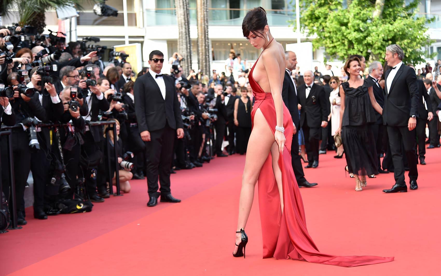 18/05: A modelo americana Bella Hadid posa para fotos na chegada para a exibição do filme 'La Fille Inconnue' no 69º Festival de Cinema de Cannes, no sul da França