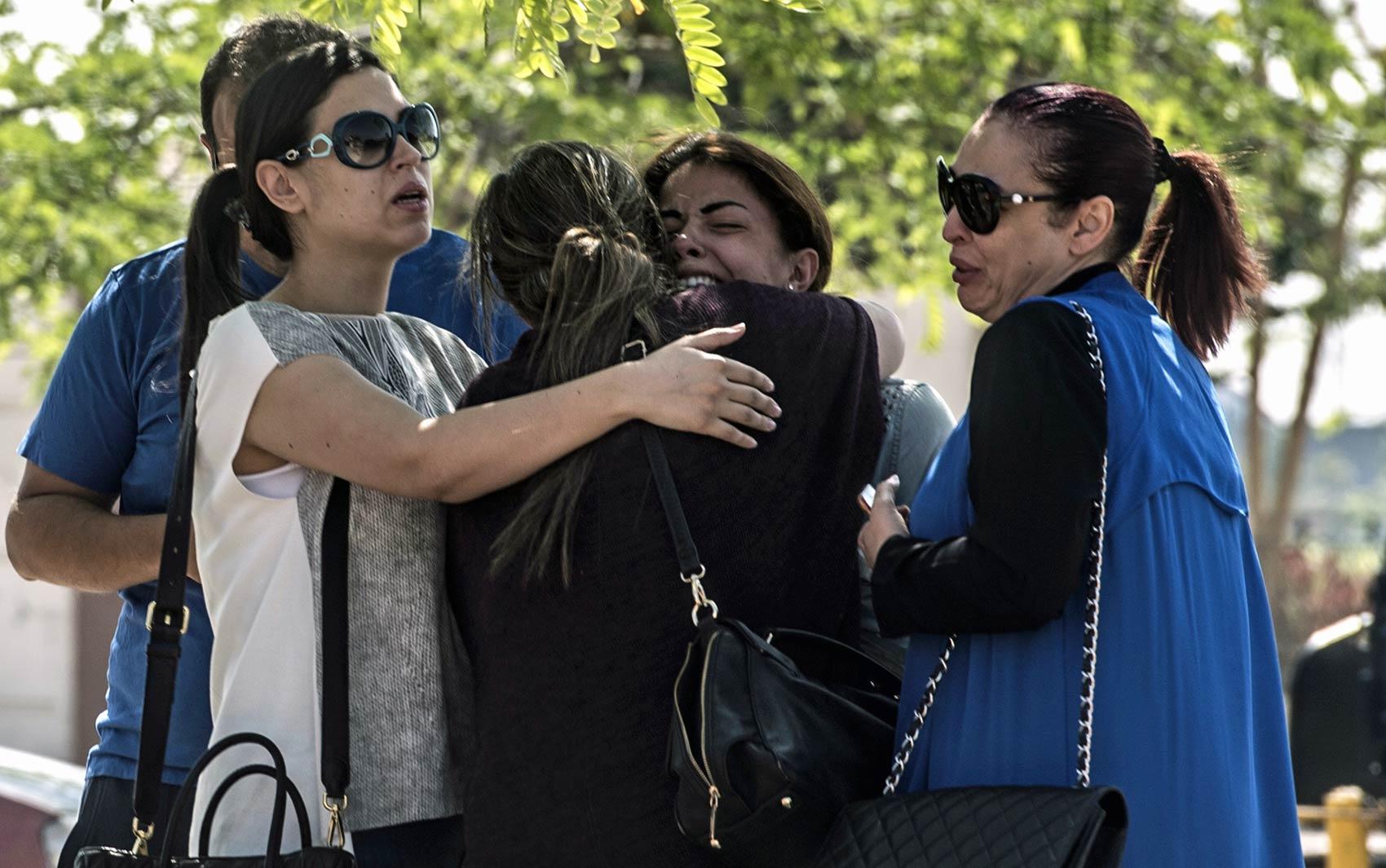 Parentes e amigos de pessoas que estavam a bordo do voo MS804 da EgyptAir se emocionam e choram na chegada ao local de atendimento da companhia aérea no Aeroporto Internacional do Cairo, no Egito