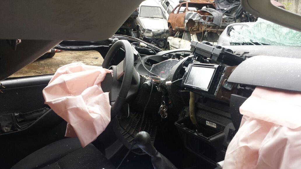 Interior do carro do cantor Renan Ribeiro após o acidente