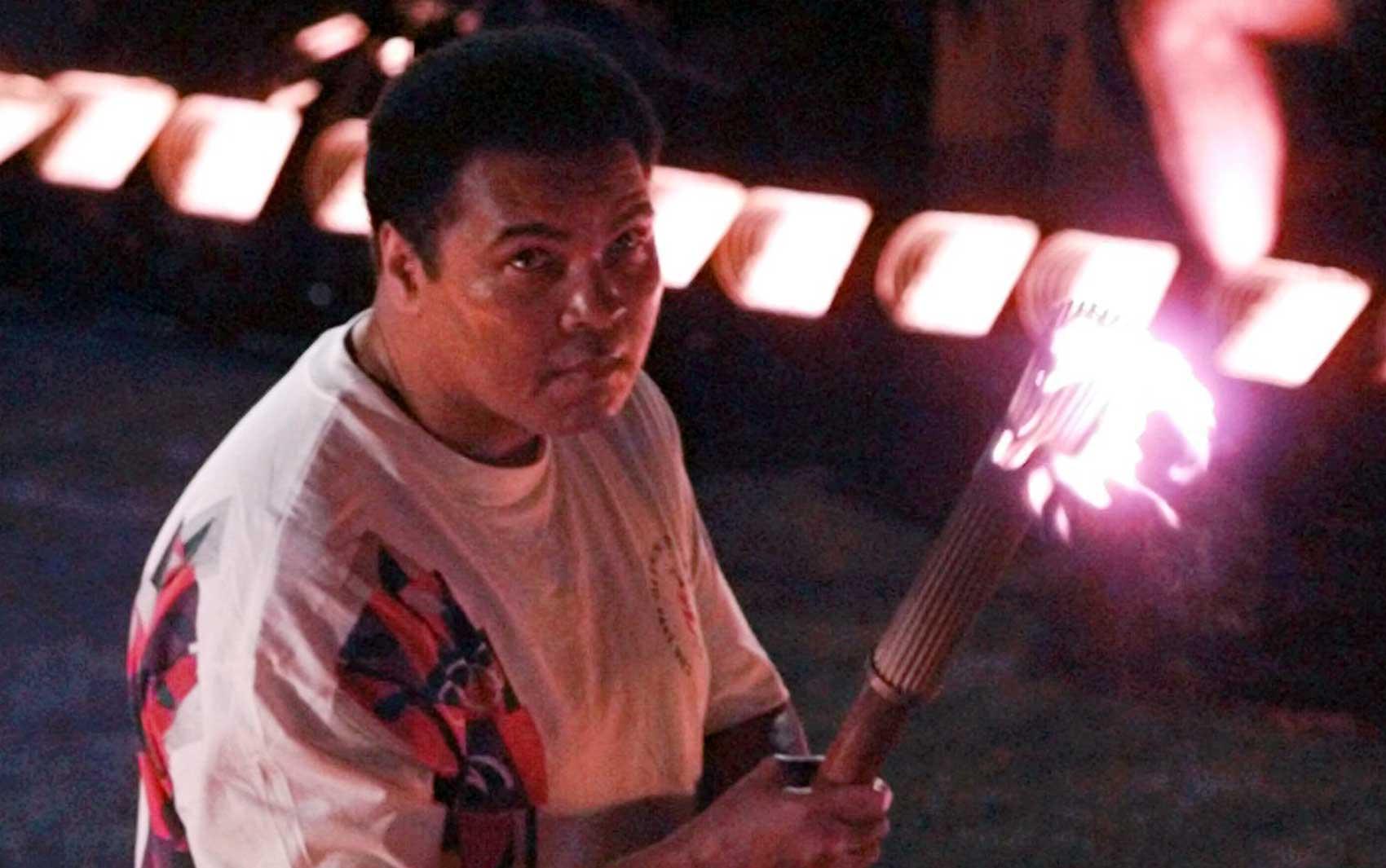 Muhammad Ali acende a pira olímpica dos Jogos de Atlanta, nos EUA, em 1996