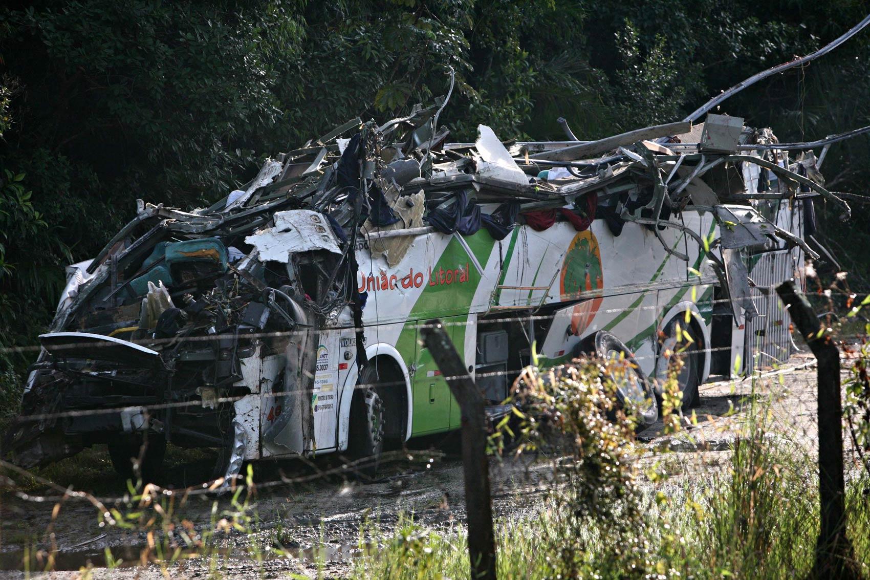 Carcaça destruída do ônibus acidentado à noite é vista após ser retirada do local onde parou à beira da pista na rodovia Mogi-Bertioga, na manhã desta quinta-feira (9), na divisa entre Mogi das Cruzes e Bertioga (SP)