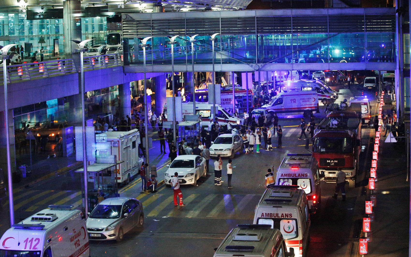 Médicos e equipes de resgata trabalham no atendimento às vítimas das explosões no terminal internacional do aeroporto de Ataturk em Istambul, na Turquia