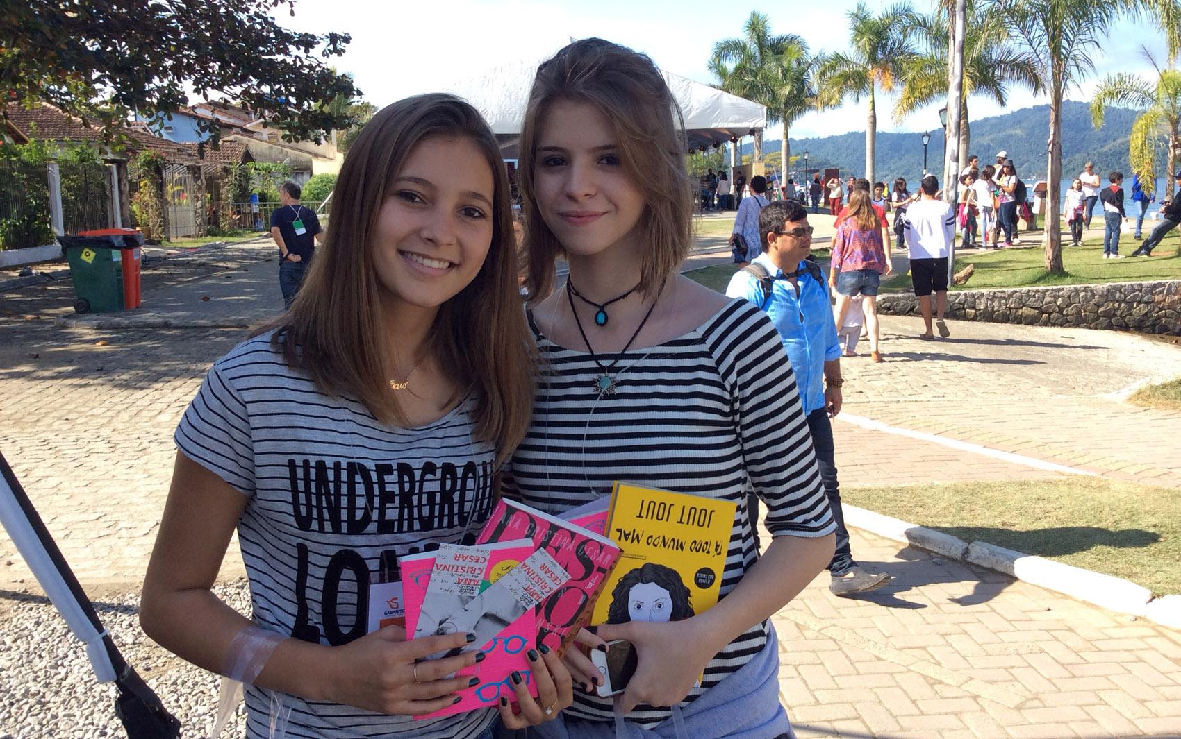 """Laiza Andrade Barbosa e Lara Martins, as duas de 16 anos, de Uberlândia (MG): """"'O abraço', de Lygia Bojunga, tocou muito a gente porque fala de um assunto que tem sido muito discutido recentemente: o estupro"""""""