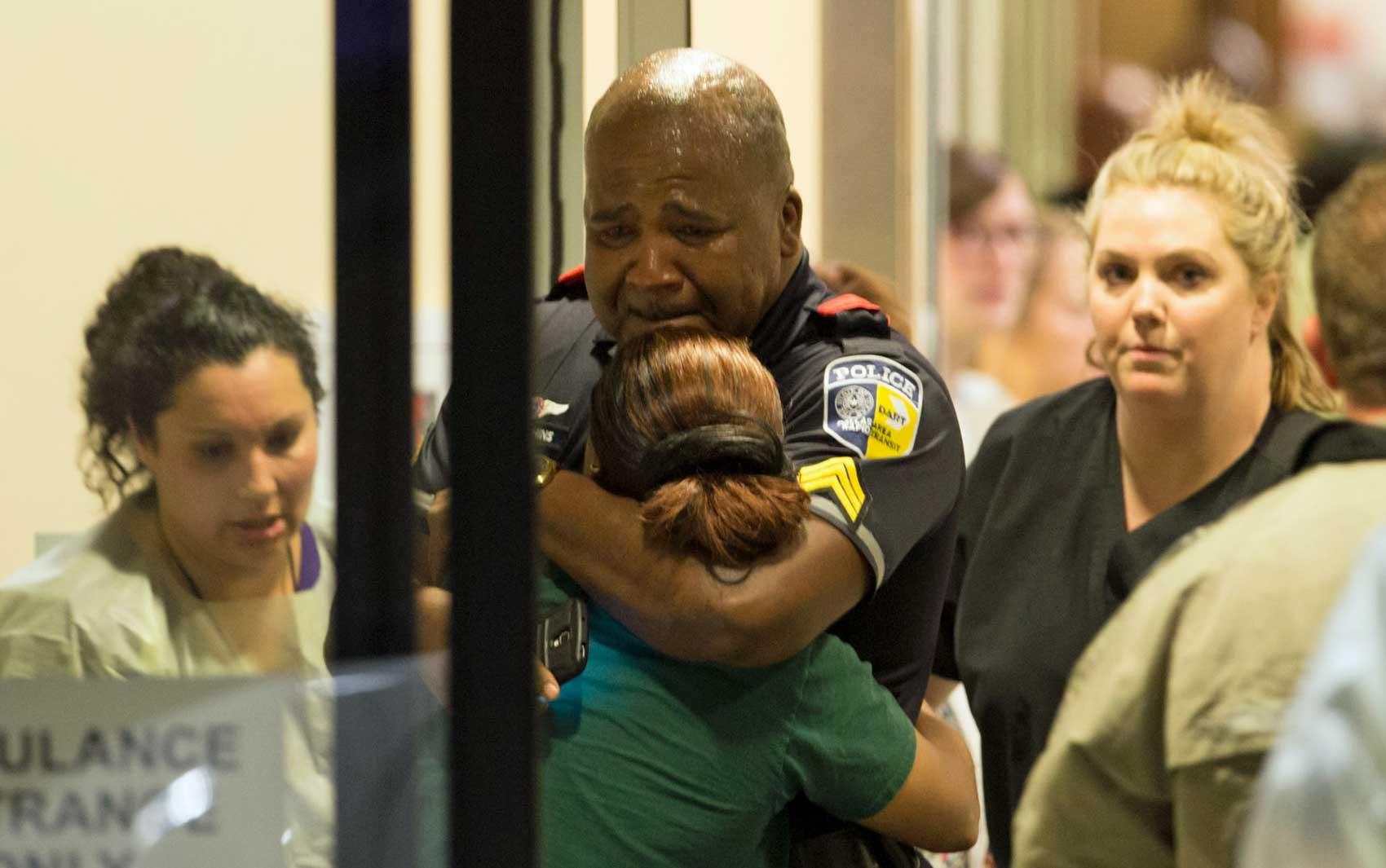Policial de Dallas chora e recebe conforto
