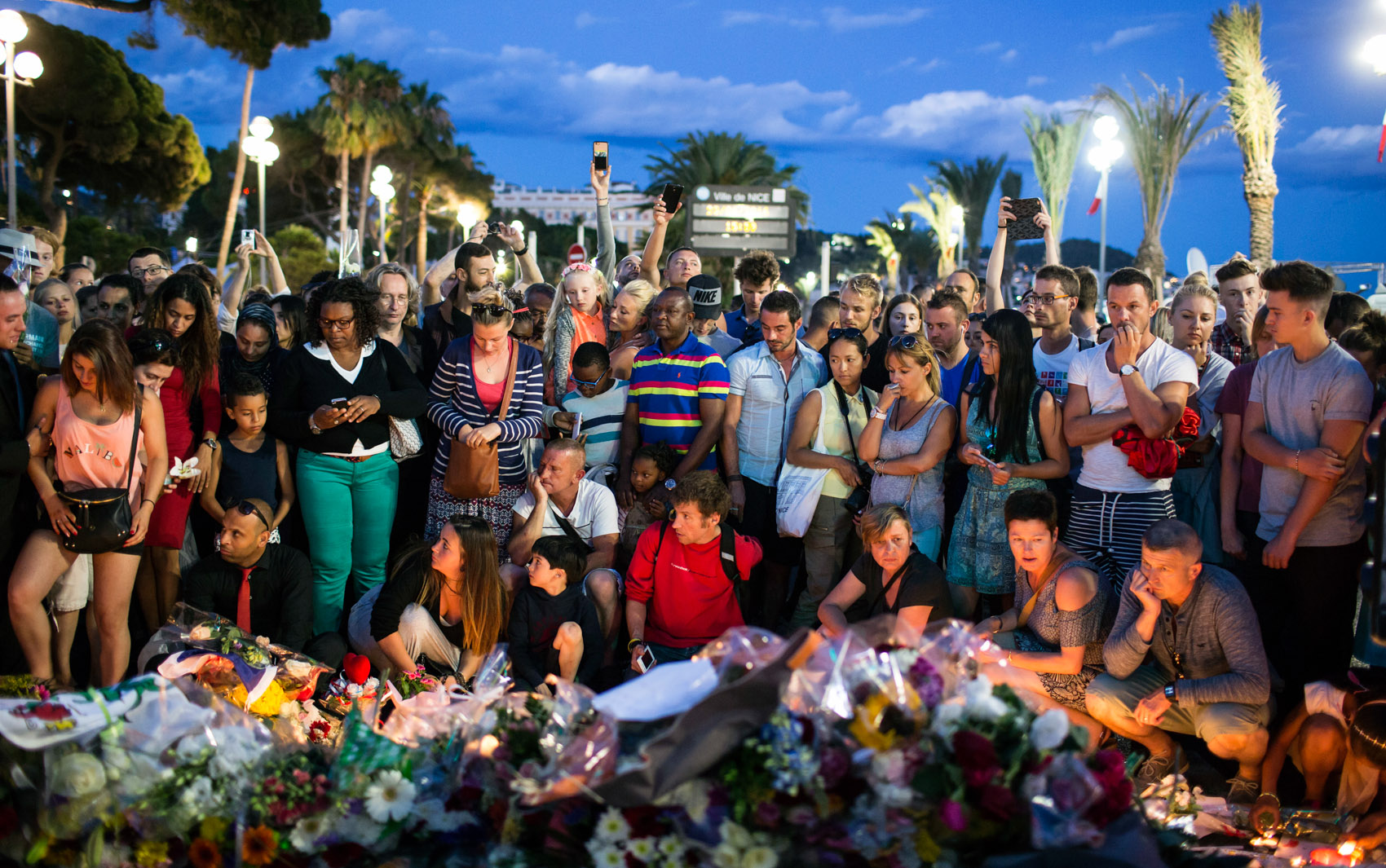 15/07 - Pessoas se reúnem em um memorial em homenagem às vítimas do ataque com um caminhão em Nice, na França, durante a festa do dia da queda da bastilha. Mais de 80 pessoas morreram e dezenas ficaram feridas