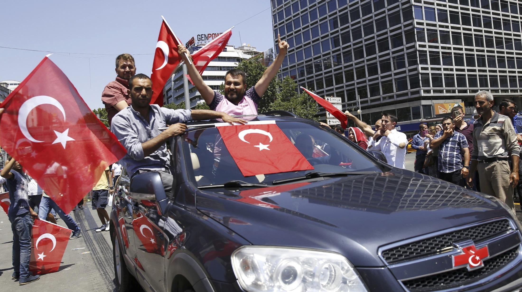 Apoiadores do governo de Erdogan comemoram impedimento da tentativa de golpe na Turquia