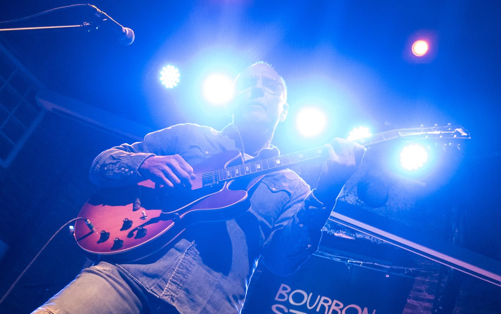 O guitarrista de jazz Larry Carlton toca no Bourbon Street, em Moema, Zona Sul de São Paulo, na noite de terça-feira (19). Ganhador de 4 Emmys e com participação em mais de 100 discos de ouro e platina, o guitarrista fez show único no Brasil após 33 anos