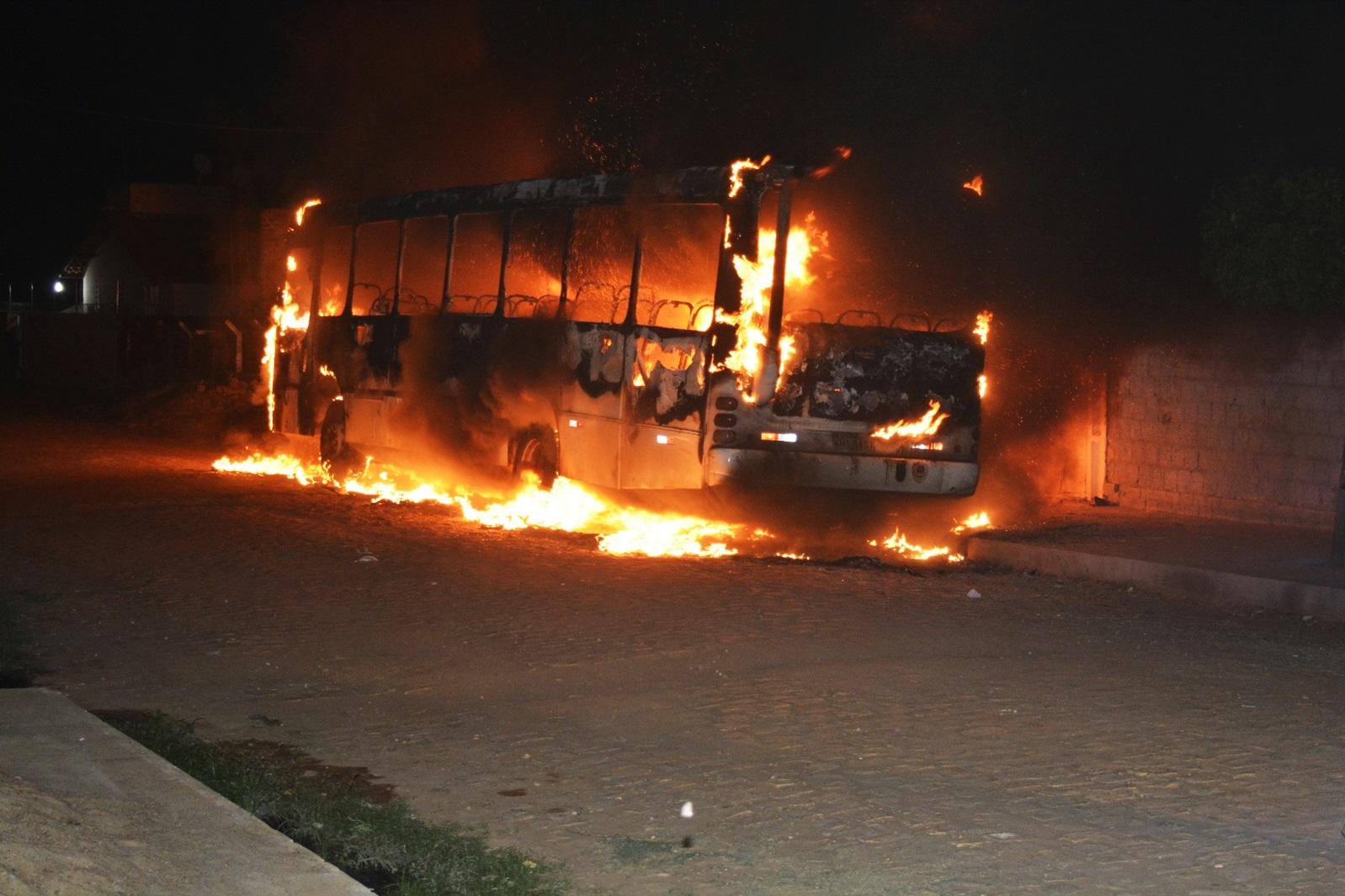 Em Mossoró, um ônibus foi destruído pelas chamas no bairro Santa Delmira