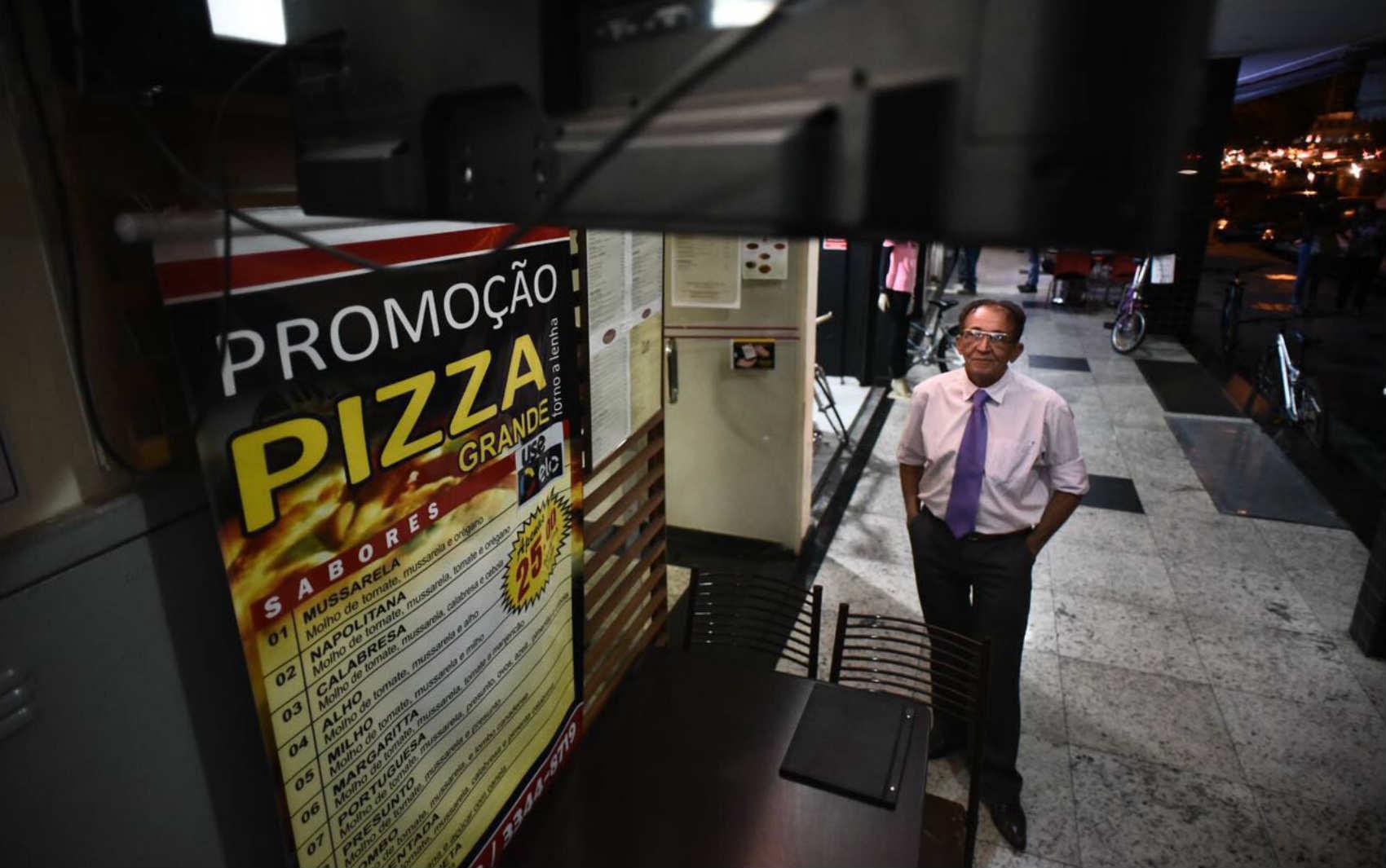 BRASÍLIA: Sebastião Torres, gerente de uma pizzaria: 'Na Copa do Mundo tivemos muita movimentação aqui na pizzaria. Agora acho que o pessoal está assistindo mais de casa. Com a clientela menor eu até aproveito para assistir também'