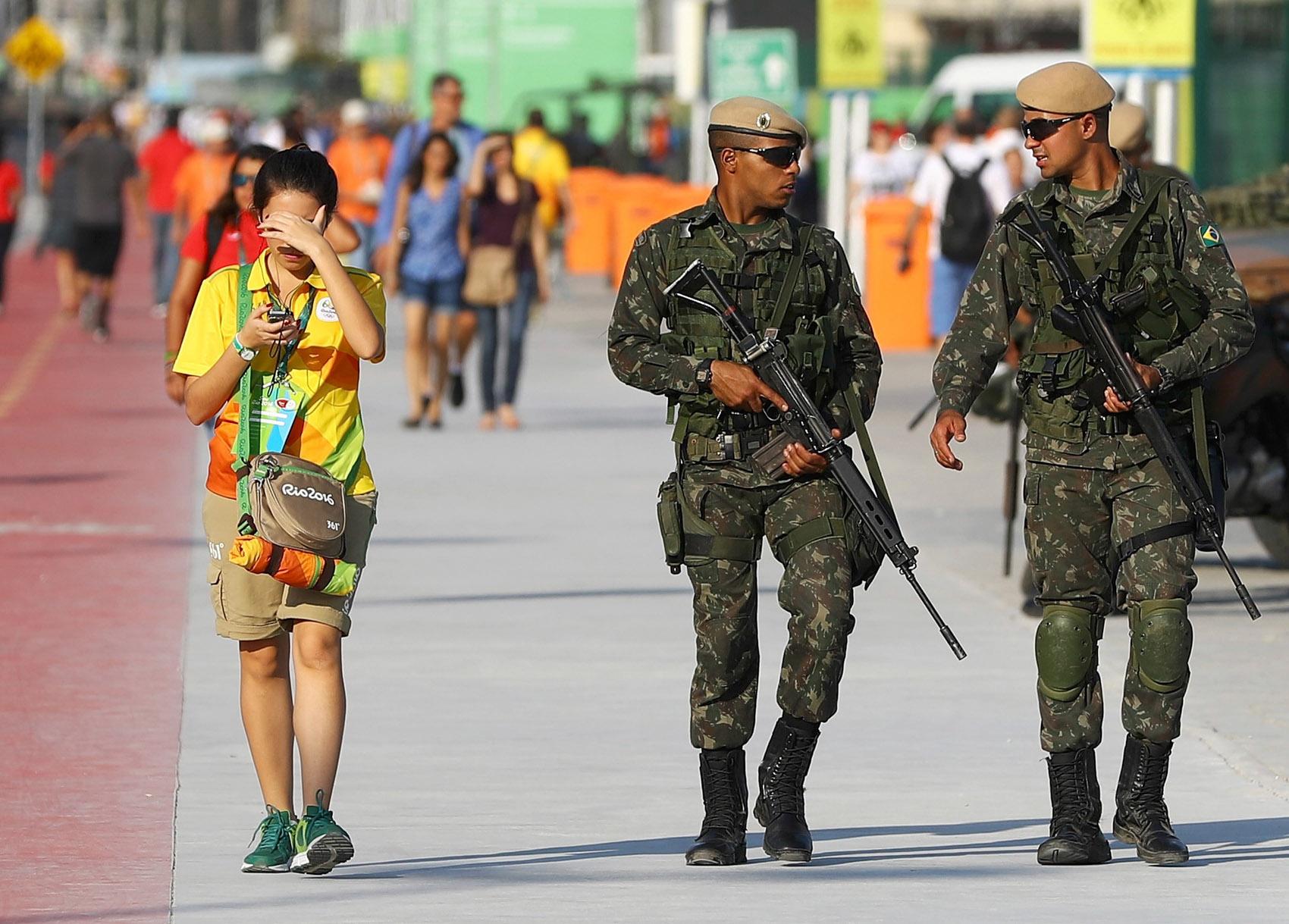 Soldados patrulham o Parque Olímpico, no Rio de Janeiro, antes da cerimônia de abertura dos Jogos Rio 2016