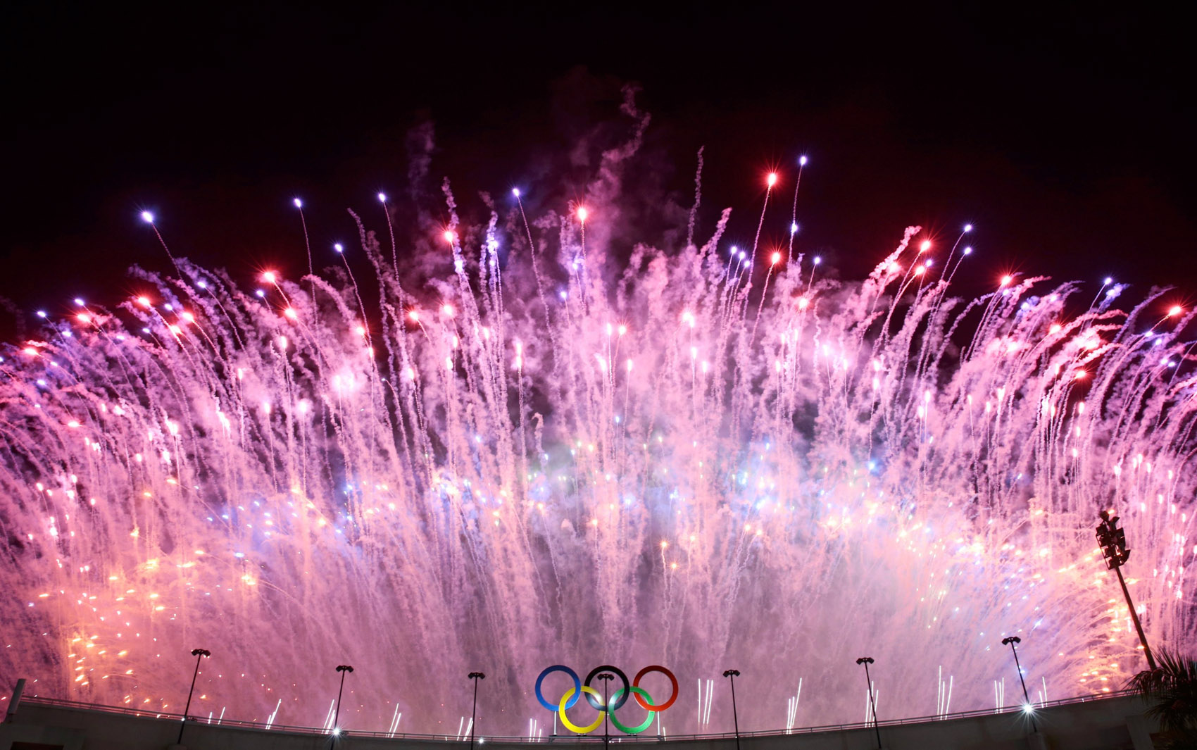 Fogos de artifício explodem durante o final da abertura dos Jogos Olímpicos Rio 2016 no estádio do Maracanã