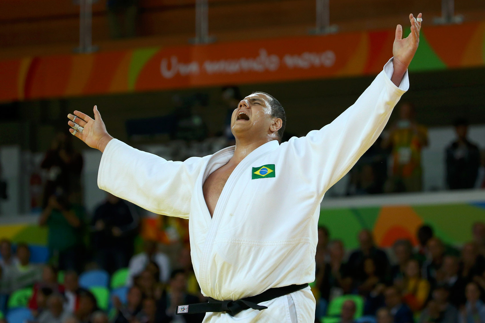 Rafael Silva comemora vitória que garantiu a medalha de bronze no judô, categoria acima de 100kg, nos Jogos Olímpicos Rio 2016