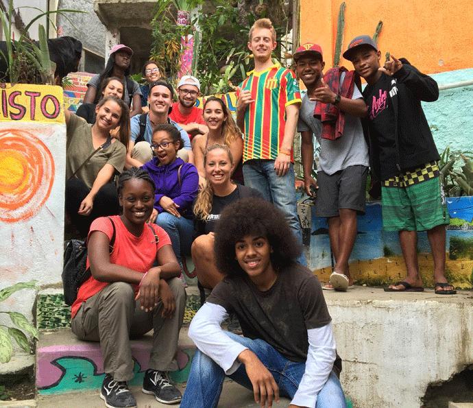A interação entre estrangeiros e brasileiros é um dos pontos que atraem voluntários