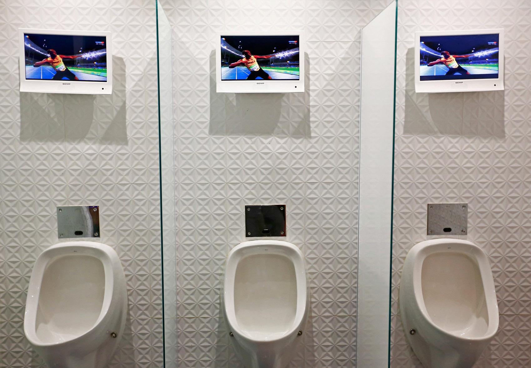 Banheiro masculino em um restaurante do Rio de Janeiro exibe imagens  #344A97 1700 1179